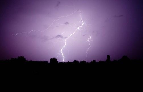 雷が落ちる瞬間に何が起きているのか?