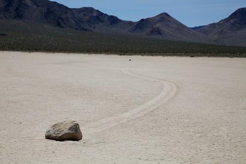 デスバレーの動く石はどのようにして動くのか?