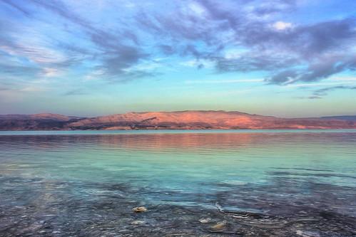 死海の浜辺にある様々な塩の結晶とは?