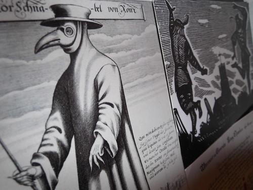 奇妙な鳥のマスクをつけた「ペスト医師」とは?どのような治療をしていたのか?