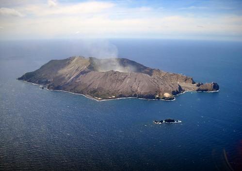 ニュージーランドのホワイト島で噴火、6人が死亡、8人が行方不明に