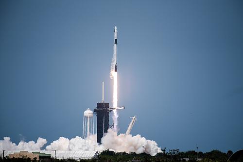民間企業が初めて有人宇宙飛行に成功、前日には爆発事故も