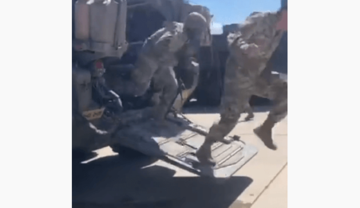 軍事車両に侵入したアライグマに兵士が絶叫、大パニックに