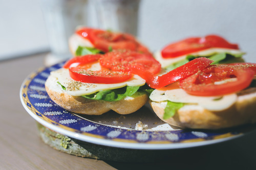 com_Sandwiches with cheese, lettuce and tomato on a plate